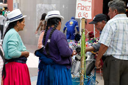 パナマハットをかぶり買い物をする人々