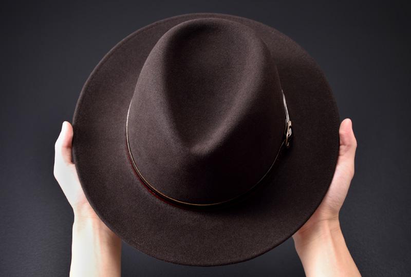 帽子の持ち方